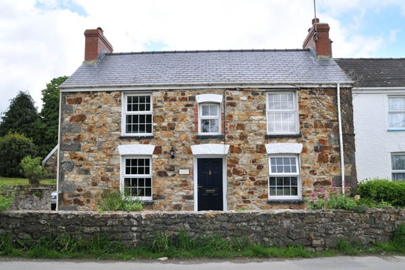 Ty Canol: traditional stone cottage