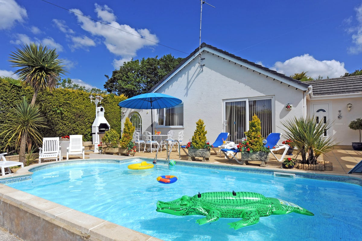 Shalom family friendly holiday cottage near kilgetty with swimming pool west wales holiday for Holiday cottages with swimming pools uk