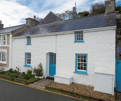 Y Bwthyn Gwyn, a characterful white cottage