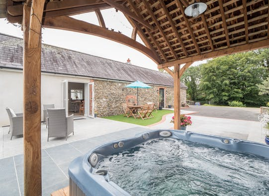 Jacuzzi under cover in the garden at White Fields Cottage