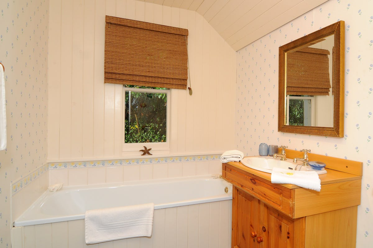 Little Box Cottage - Country style bathroom