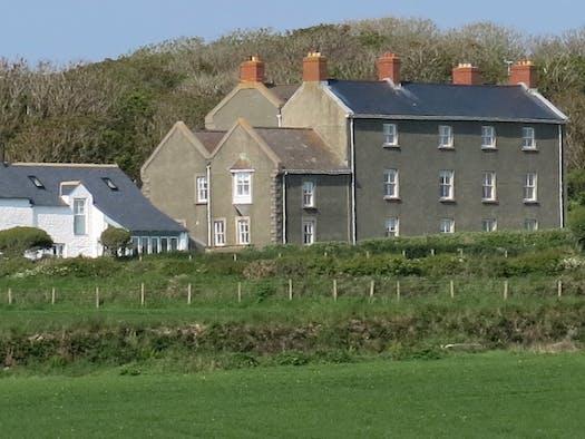 Llanunwas House