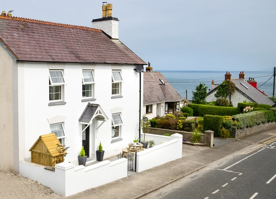 Y Ddol Cottage with a view of the sea in the background
